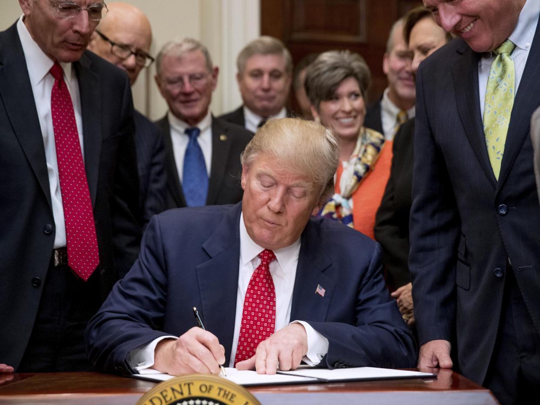 trump-signing-order